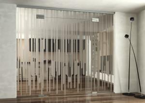 Celoskleněná stěna s otočnými dveřmi