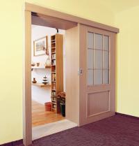 Posuvné interiérové dveře po stěně